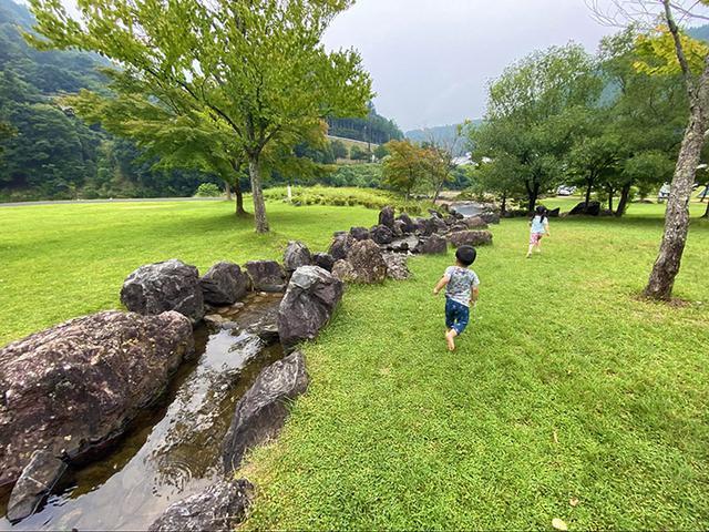 画像: キャンプサイトと日吉ダム公園の間に流れる小川 (筆者撮影)
