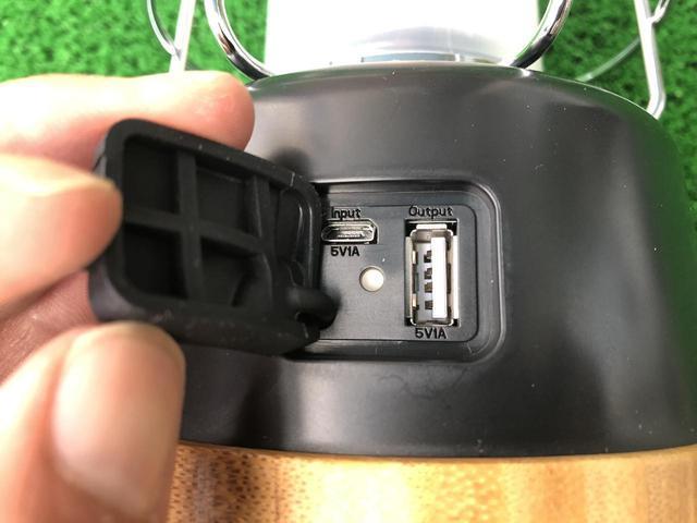 画像: ライター撮影 左が給電用マイクロUSBポート 右が充電用USBポート