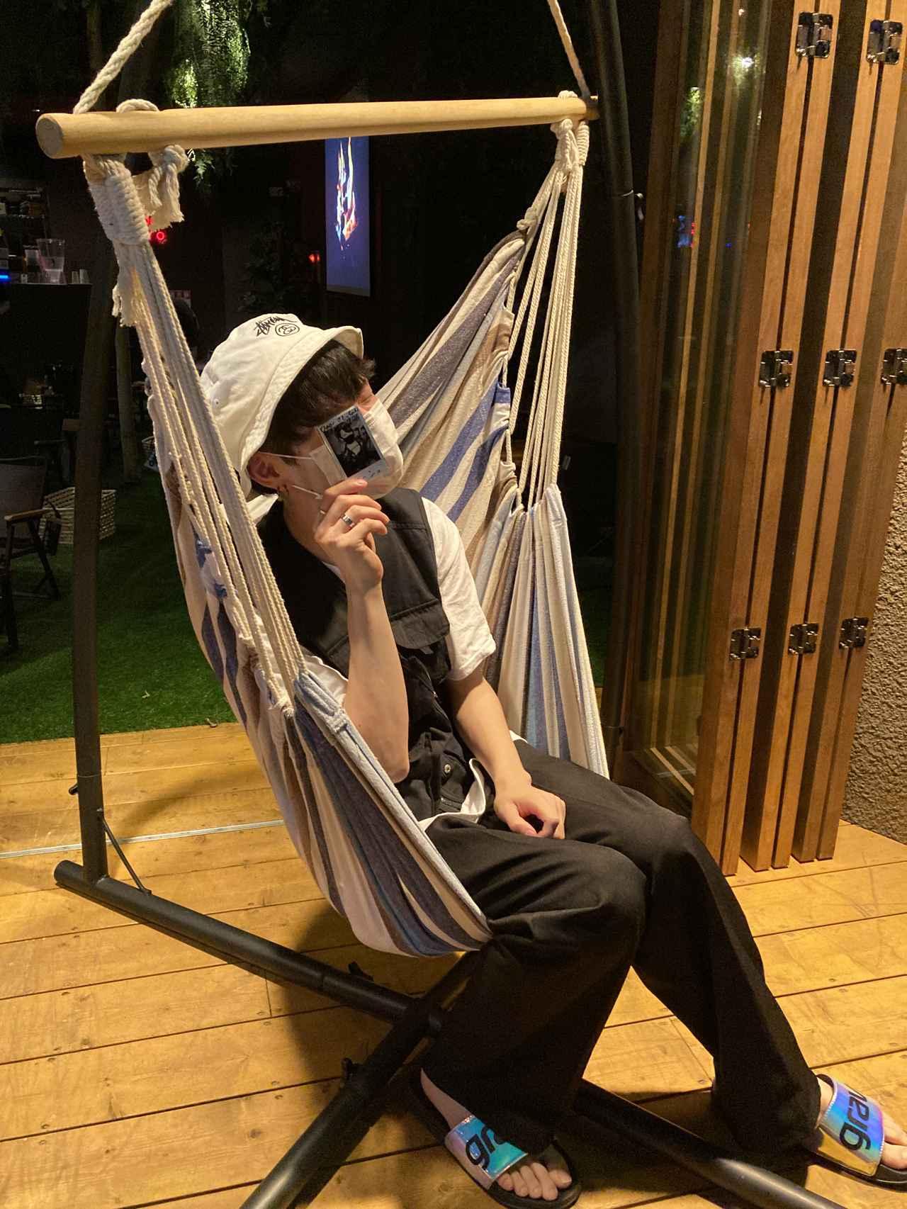 画像: 店前のハンモックに座る友人のオタクA (筆者撮影)
