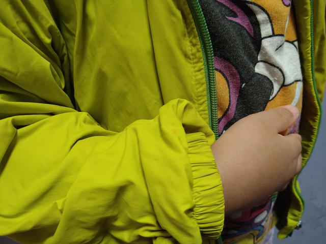 画像: 筆者撮影「子供用は袖口がゴムになっています」