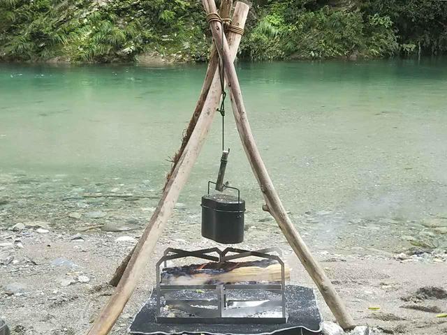 画像: 【DIYキャンプ】焚き火料理に役立つ『トライポッド(三脚)』を拾った木と枝で手作りしてみた! - ハピキャン(HAPPY CAMPER)