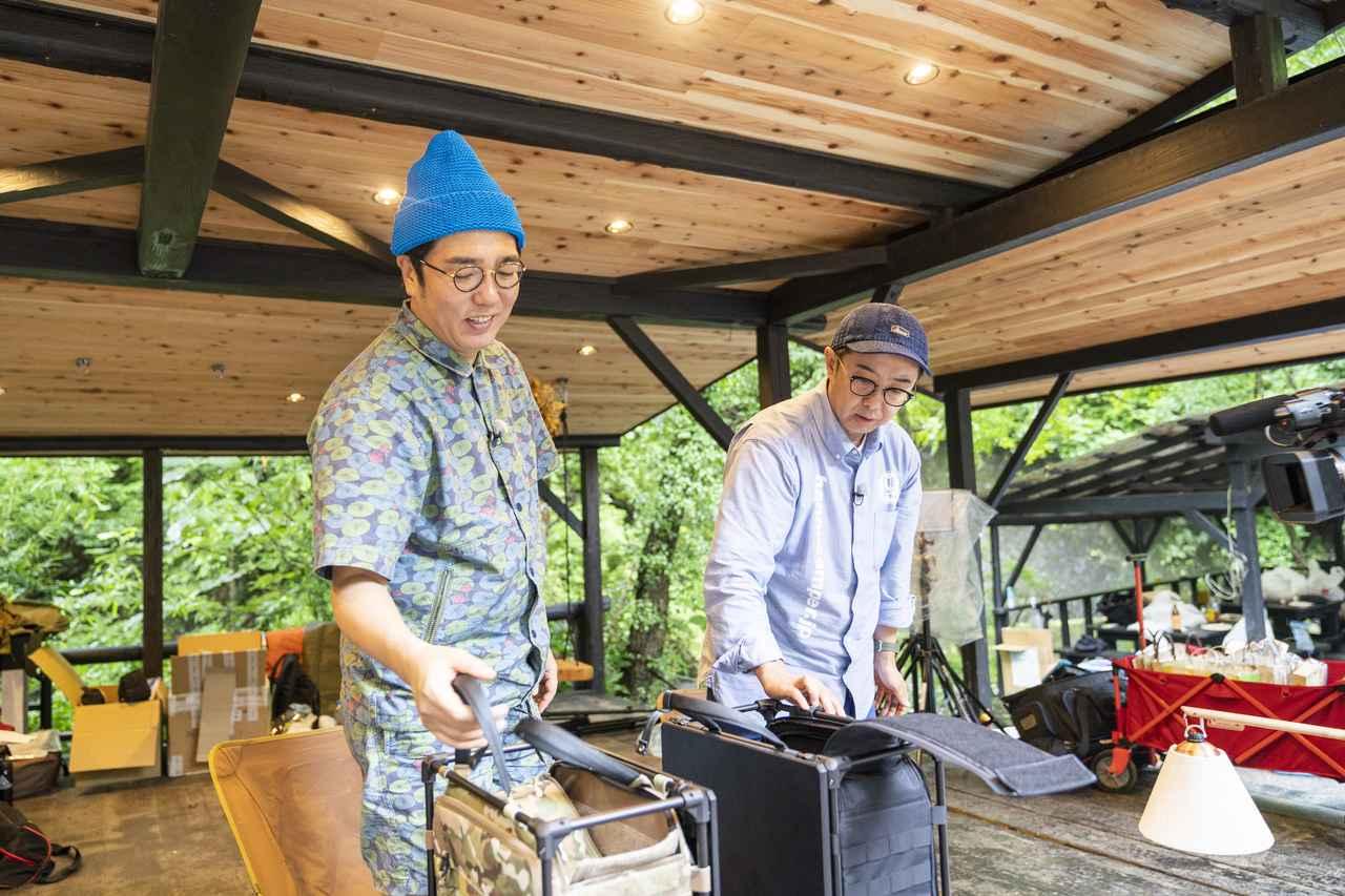 画像: photographer 吉田 達史 内側がマジックテープになっているのを発見する矢作さん