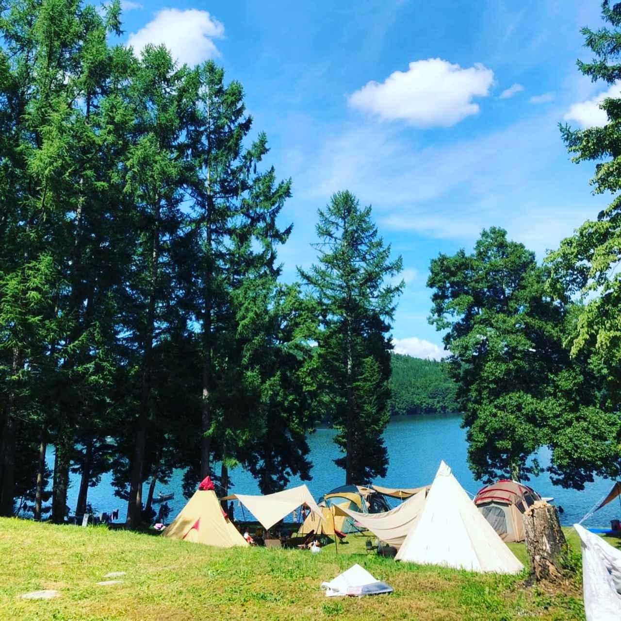 画像1: 【おすすめキャンプ場19】親子でSUP体験も!「ライジング・フィールド白馬」の透明度抜群の湖でキャンプ&アクティビティ - ハピキャン(HAPPY CAMPER)