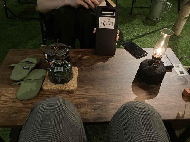 画像: 案内された席/テーブルにはランタンとバーナーも (筆者撮影)