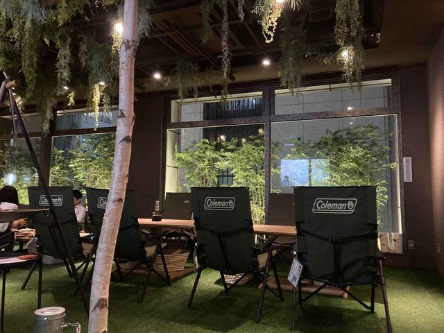 画像: 店内・キャンプチェアが配置され床は人工芝!?でキャンプサイトをイメージ? (筆者撮影)