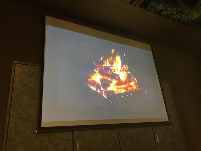 画像: 焚き火の映像で店内の雰囲気を演出していた (筆者撮影)