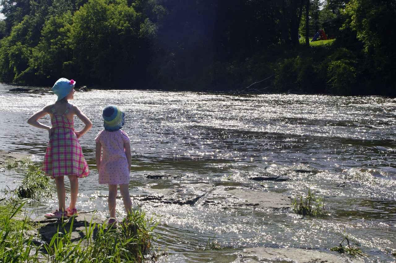 画像: 【ファミリーキャンプ】子供を連れて川遊び! 安全に遊ぶために必要な靴や大人の役割 - ハピキャン(HAPPY CAMPER)