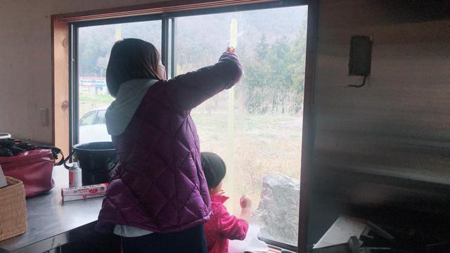 画像: 筆者撮影 子どもと一緒にひたすら窓掃除をしてくれる友人
