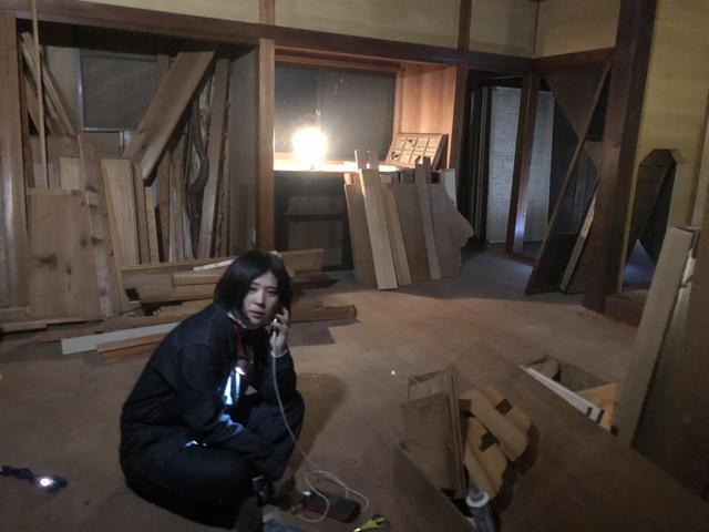 画像: 筆者撮影 自宅に電気が通る前。夜はランタンの明かりで作業するも終わりが見えず途方に暮れる。