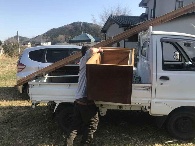 画像: 筆者撮影 不要な家具を引き取ってくれる地元の方