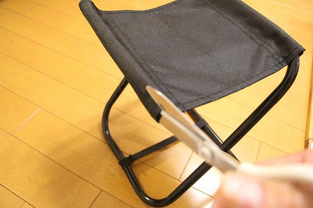 画像: 筆者撮影 レジャーイスの座面をカットします