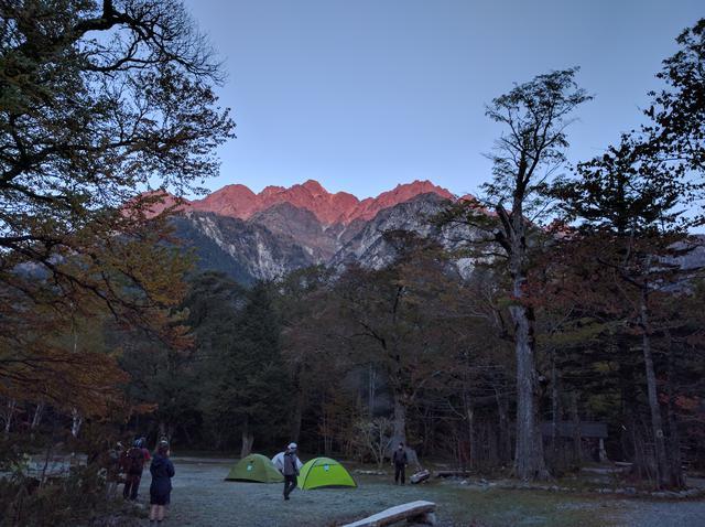 画像: 朝焼けに染まり始める岩山 (筆者撮影)