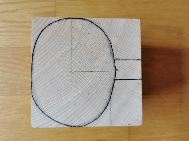 画像: ククサの輪郭(上から見た図)を描きます (筆者撮影)