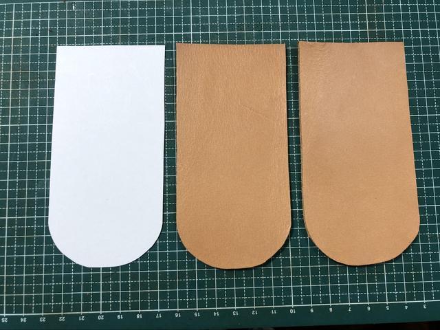 画像: 左から型紙・2枚のレザー(必要となるパーツ) (筆者撮影)
