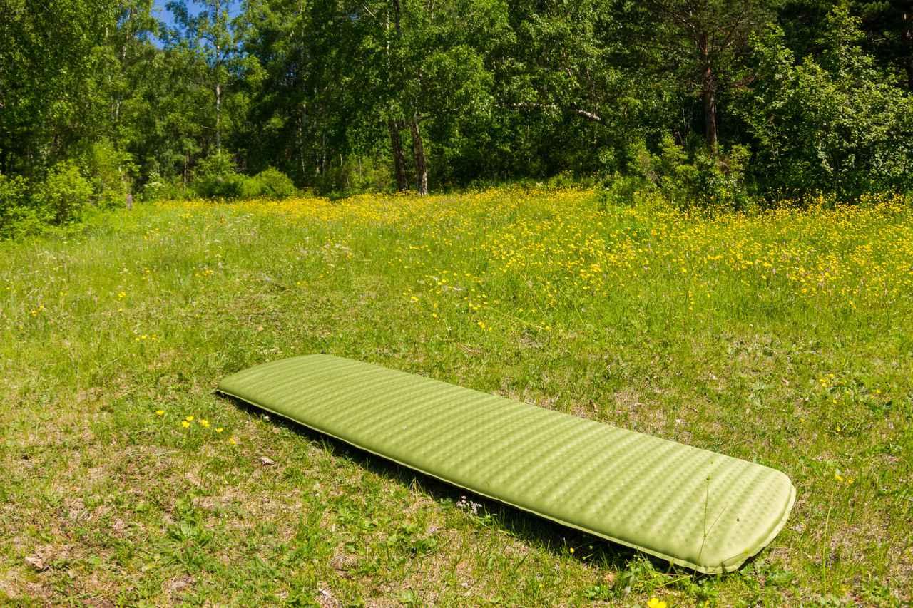 画像: エアーマットは地面の硬さを和らげるクッション材! 冷えから守る役割も持ちキャンプで大活躍!