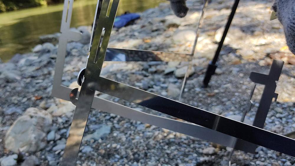 画像: 手順3.フレームの前後にある接続部を組み合わせます (筆者撮影)