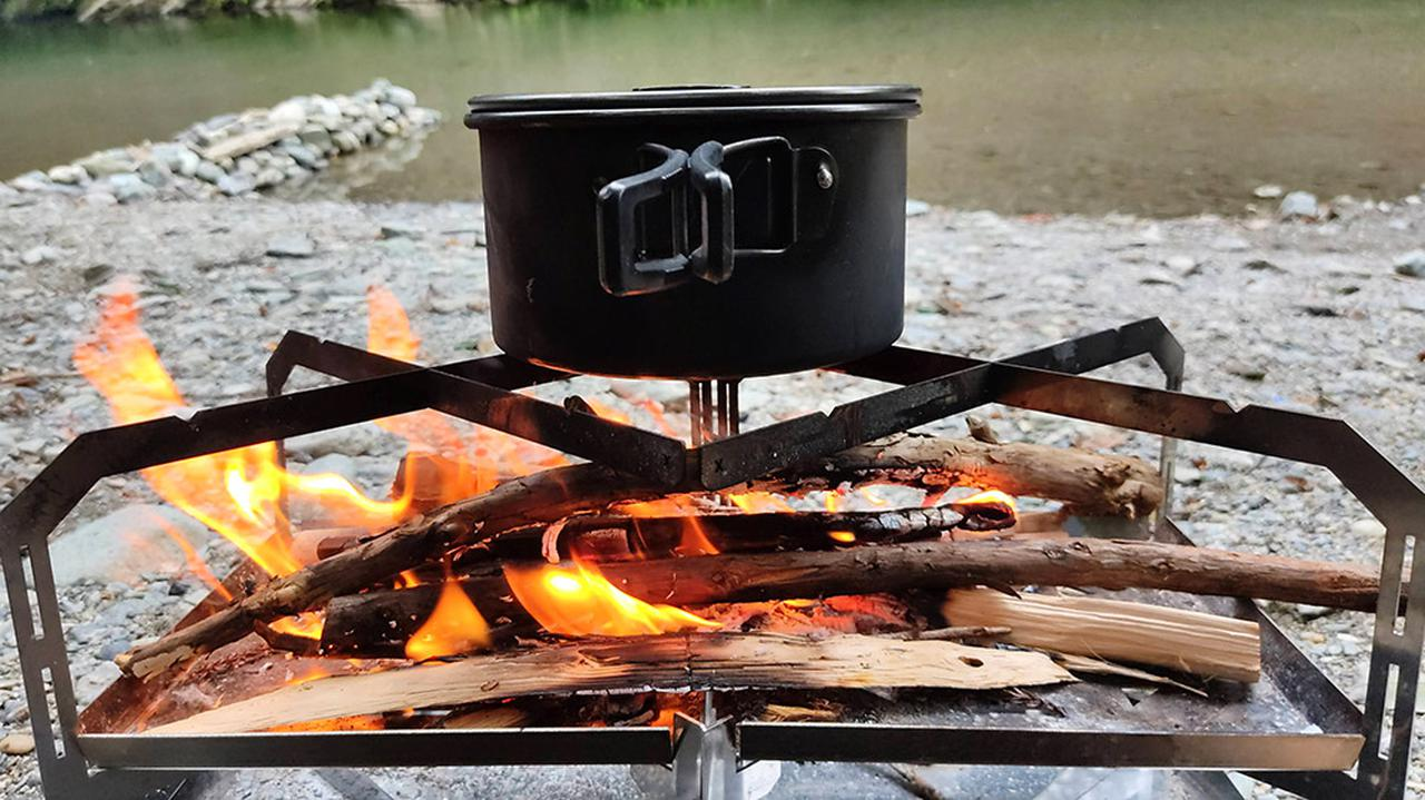 画像: 調理器具を乗せたまま薪を追加できる (筆者撮影)