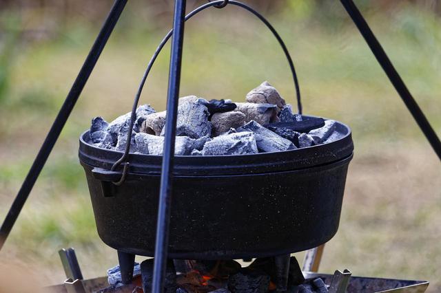 画像: 【ダッチオーブン】レシピ紹介! パンとローストビーフをキャンプで簡単料理 - ハピキャン(HAPPY CAMPER)