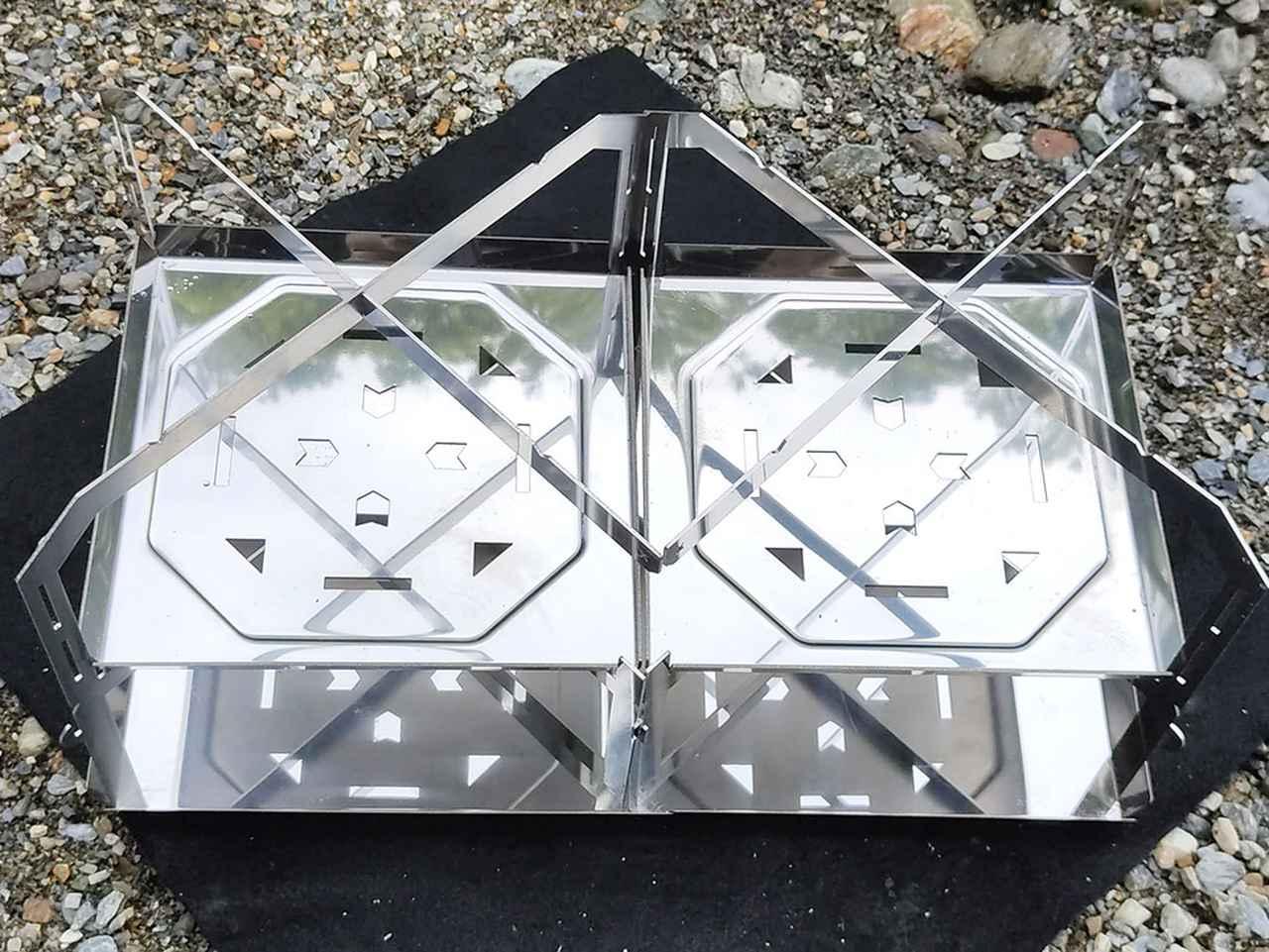 画像: 金属の板の組み合わせで焚き火台として完成するよう設計 (筆者撮影)