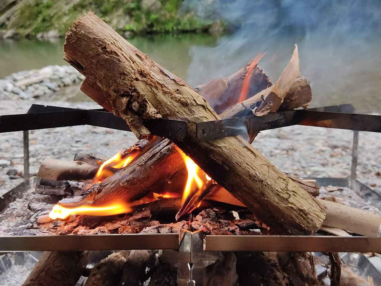 画像: 調理をしない時は薪が立てかけられる (筆者撮影)
