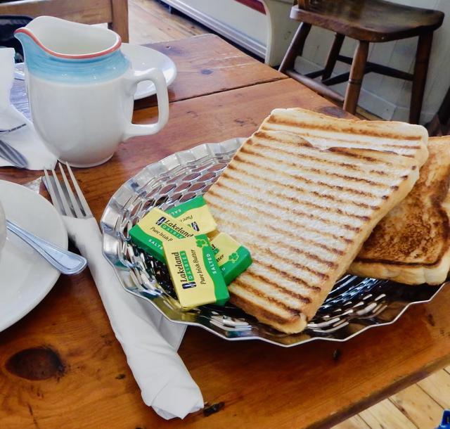画像: 筆者撮影 アイルランドのカフェのうす〜いトースト