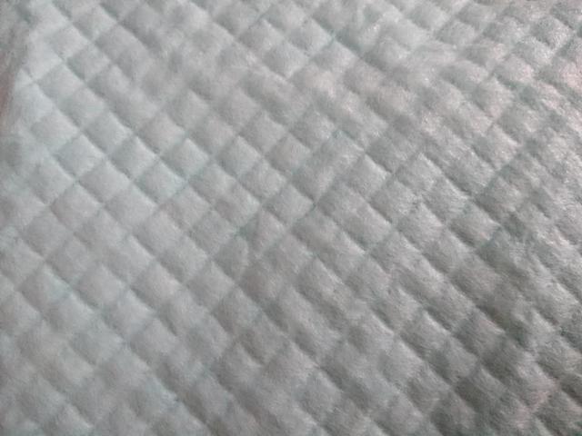 画像: (筆者撮影)ペットシーツの表面をアップで撮影してみました
