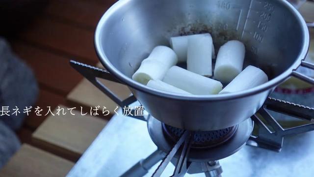 画像: 【キャンプ飯】シェラカップで作る焼きねぎのシーチキンスープ youtu.be