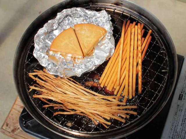 画像: コールマンの「コンパクトスモーカー」で燻製おうちキャンプ! 簡単な燻製の作り方&おすすめ食材 - ハピキャン(HAPPY CAMPER)