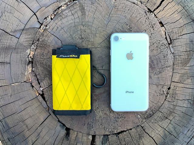 画像: トレイルバンクS(左)とiPhone8(右)