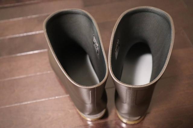 画像: 筆者撮影 履き脱ぎしやすい広めの履き口