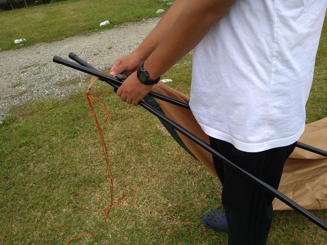 画像: 筆者撮影「クロスポールとタープの接続は、タープのリングにポールを通すだけなので簡単」
