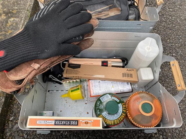 画像: 筆者撮影 ガス、着火剤、ガストーチなどの燃料系でまとめたボックス