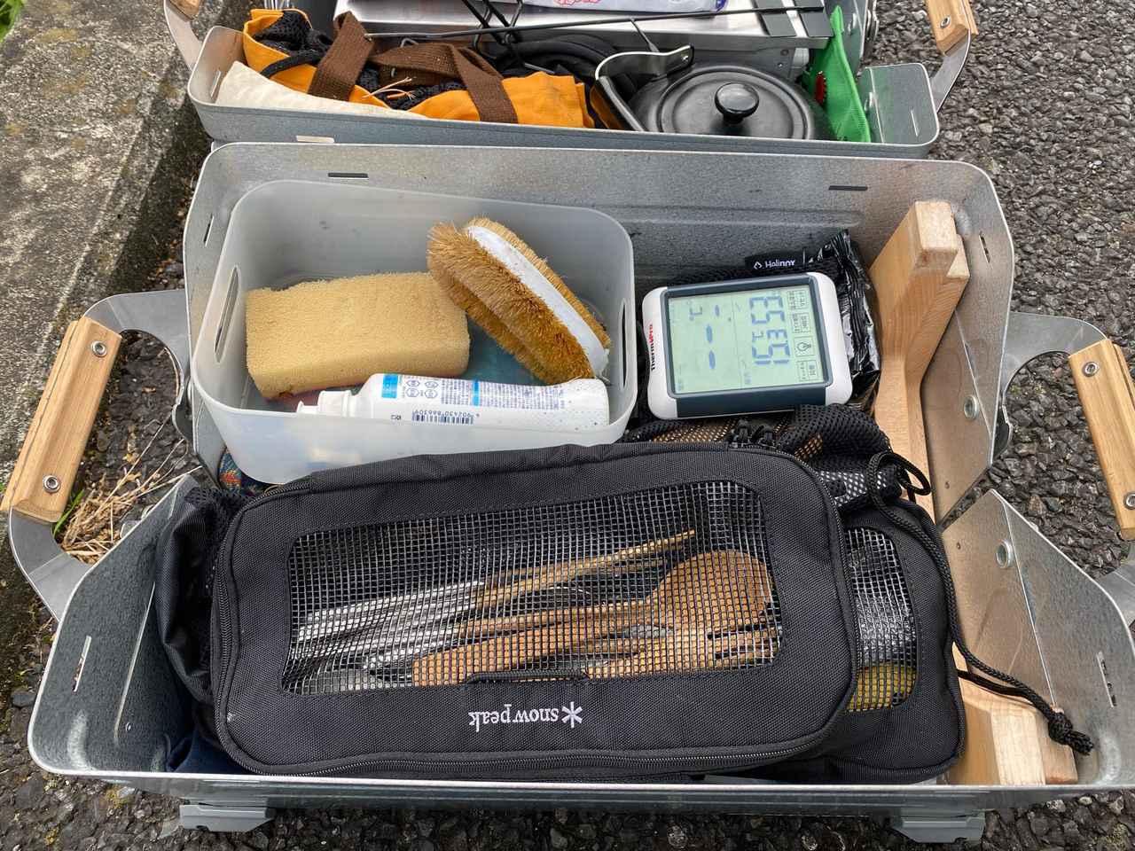 画像: 筆者撮影 カトラリー、キッチンツール、テーブルクロスなどテーブルウェア系でまとめたボックス