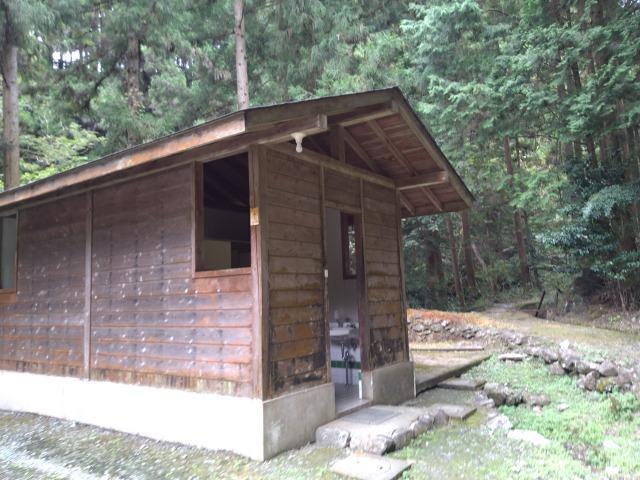画像: 筆者撮影「川側サイトのトイレ」