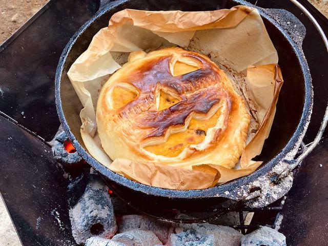 画像: 【レシピ】キャンプで作る・ダッチオーブンで焼く「かぼちゃチーズパイ」!ハロウィンにもおすすめ - ハピキャン(HAPPY CAMPER)