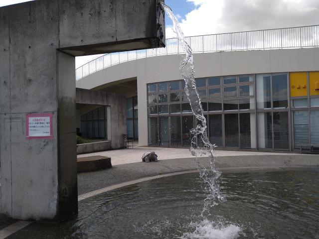 画像: 筆者撮影「クレーターをイメージしたじゃぶじゃぶ池」