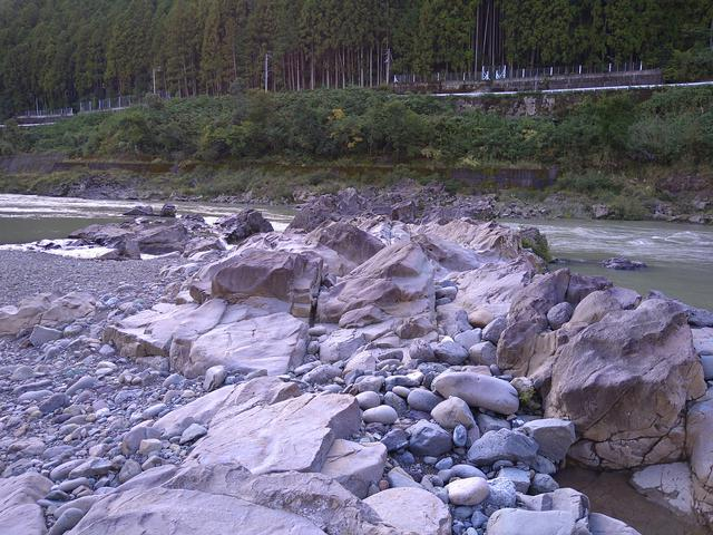 画像: 筆者撮影「サラッとした手触りのキレイな石がたくさん!」