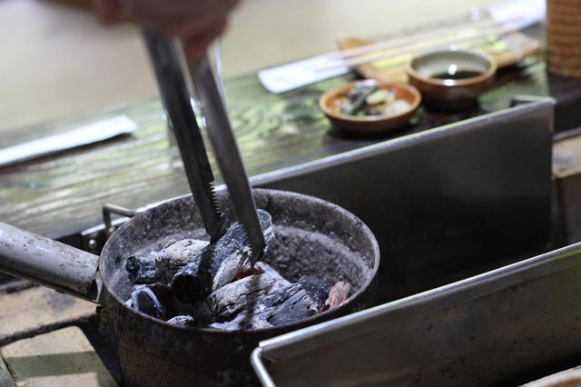 画像: 【火消し壺を使用する際の注意点】火床から壺へ炭を移す際は要注意! 軍手とトングで安全対策を!