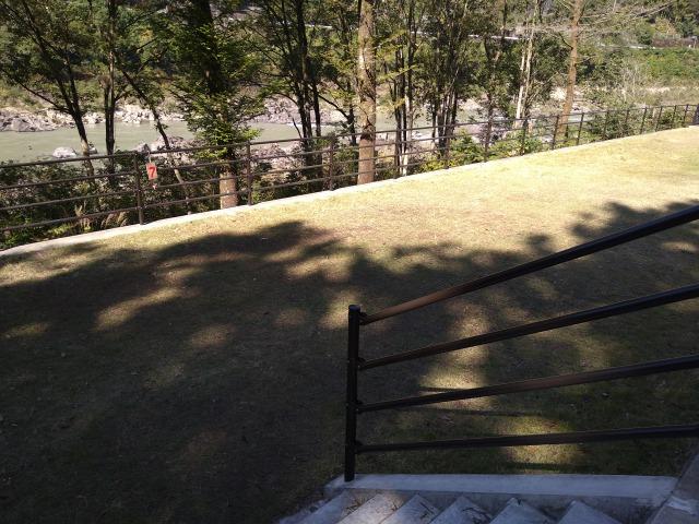 画像: 筆者撮影「駐車場から階段を下りて川側サイトへ」
