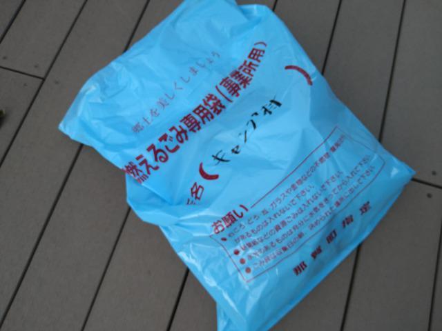 画像: 筆者撮影「100円で購入できる袋でごみ捨てOK」
