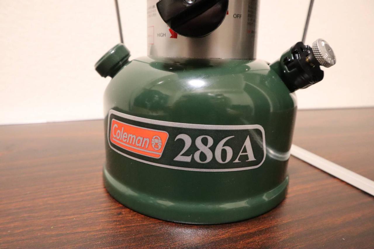 画像: 燃料タンク(右手のつまみでポンピング/左手のつまみを開けてガソリン注入) (筆者撮影)