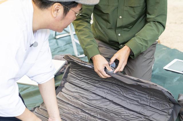 画像: photographer 吉田 達史 逆止弁部分を押す矢作さん