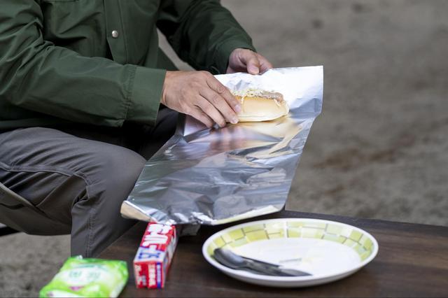 画像: 手順①:具材を挟んだパンをアルミホイルで包む (Photographer 吉田 達史)