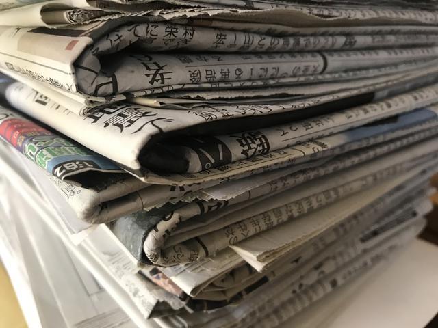 画像: 不要な新聞紙はアウトドアで活用可能! 炭・着火剤として「紙薪」を作ったり保温材として使ったりしよう