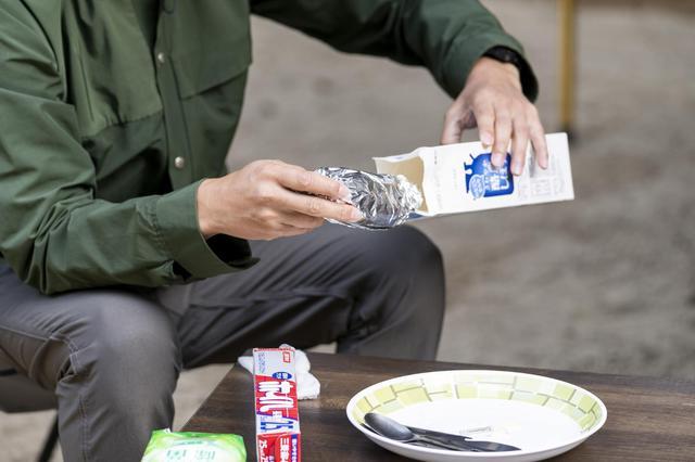 画像: 手順②:アルミホイルを2重にして包んだパンを牛乳パックの中へ (Photographer 吉田 達史)