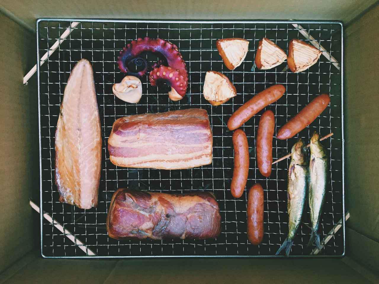 画像: キャンプで燻製を楽しむ方法! 手軽なのは市販の燻製器 手持ちの調理器具やDIYもおすすめ