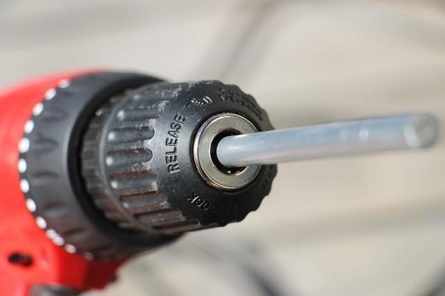 画像: 筆者撮影 電動ドライバーに金属棒をとりつけます