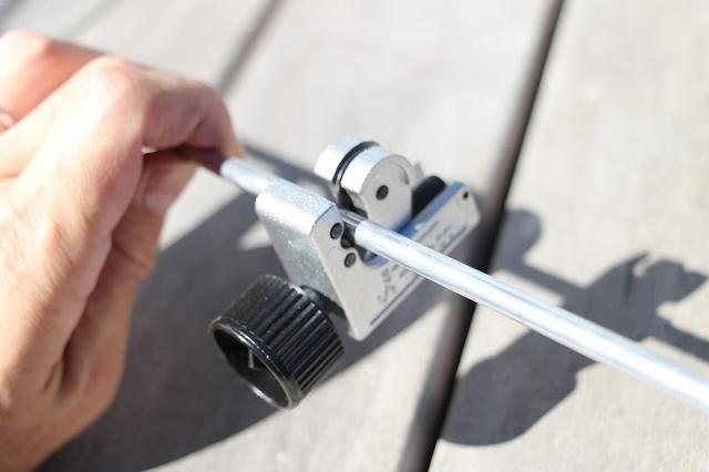 画像: 筆者撮影 パイプカッターで金属パイプを切ります