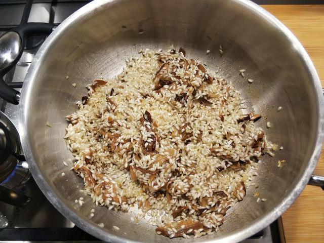 画像: 手順④:米は洗わずに入れ、炒るように混ぜる