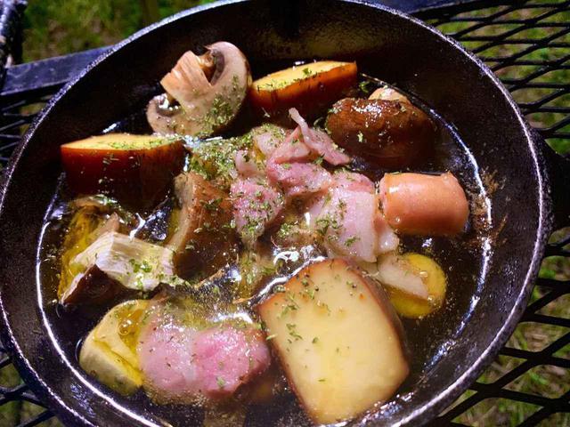 画像: 【レシピ公開】鉄スキレットでアヒージョ作り! 作りすぎた燻製チーズを有効活用! - ハピキャン(HAPPY CAMPER)